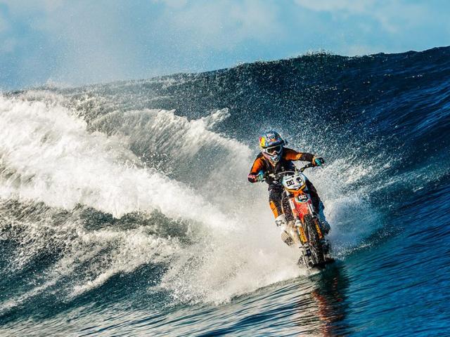 moottoripyörällä surffaus